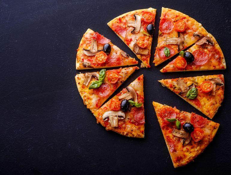Pizza con champiñones y aceitunas negras